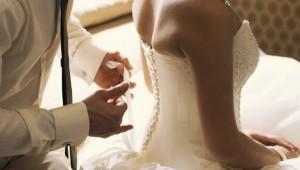 Đêm tân hôn nhớ đời vì... mời nhầm bố chồng vào phòng tắm chung