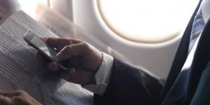 Không tắt điện thoại di động trên máy bay nguy hiểm đến cỡ nào?