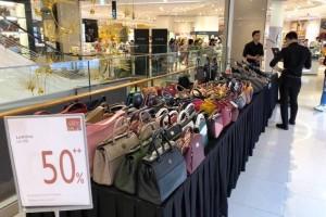 Thời trang, phụ kiện ồ ạt giảm giá trước ngày nghỉ lễ 30/4