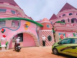 """Xuất hiện ngôi trường hồng rực như """"lâu đài Hello Kitty"""" ngoài đời thực ở Đắk Lắk"""