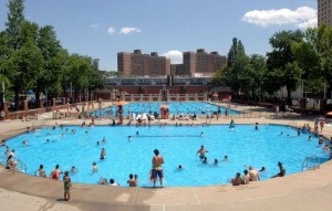 Bể bơi công cộng: Nguy cơ lây nhiễm dịch bệnh nguy hiểm chết người này!
