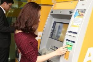Một số 'chiêu' giúp tiết kiệm phí khi giao dịch ATM