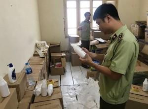Hà Nội: Thu giữ hàng nghìn lọ 'sữa tắm trắng da giả mạo'