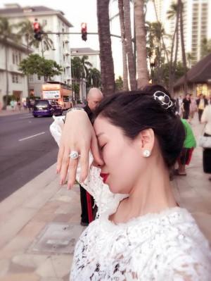 """Lệ Quyên giơ tay khoe nhẫn, Hà Hồ gây chú ý với chia sẻ lạ: """"Chụp ảnh phải giơ tai, tay, cổ này kia á... có bằng ai đâu mà khoe làm gì"""""""
