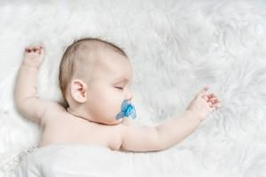 Trẻ ngậm núm vú cao su khi ngủ giảm đột tử, sự thật mẹ cần biết