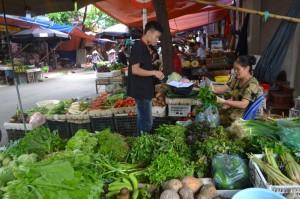 Ảnh hưởng của mưa bão: Giá rau xanh tăng nhẹ, đồ khô đắt hàng