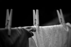 Sự thật về việc phải kiêng phơi quần áo ban đêm trong tháng cô hồn để không hút... âm khí