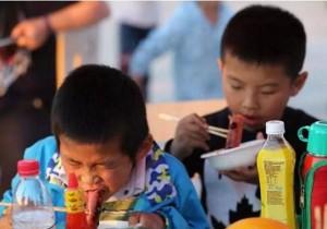 Cậu bé 10 tuổi tử vong vì ung thư ruột, cảnh báo những món ăn hại sức khỏe cho trẻ