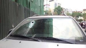 Hé lộ nguyên nhân ban đầu vụ thanh sắt rơi thủng kính xe Fortuner ở Hà Nội