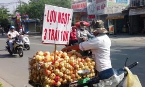 Lựu Trung Quốc '3 trái 10.000' bán đầy đường Sài Gòn