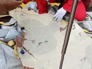Sốc: Máy bay Indonesia lao xuống biển vì bị đánh bom?