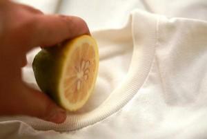 Mẹo tẩy áo bị lem màu trắng tinh như mới, mẹ nào không biết thì thật phí