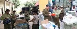 Nhập lậu lượng lớn quần áo trôi nổi về Việt Nam bán kiếm lời