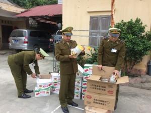 Quả hồng sấy, bột ngũ cốc Trung Quốc găm trong cốp xe tuồn về Việt Nam tiêu thụ