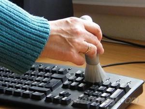 Thổi bay bụi bám trên bàn phím máy tính với mẹo cực đơn giản này