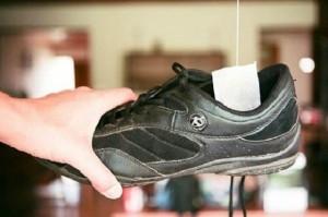 8 mẹo trị mùi hôi của giày cực nhanh, cực dễ