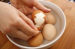 Bí quyết bóc vỏ trứng cực nhanh, cực dễ, là phụ nữ ai cũng nên biết