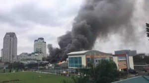 Cháy gara ô tô gần trụ sở VFF, hàng trăm CĐV đang xếp hàng nhận vé hốt hoảng