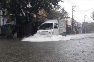 Chuyên gia lý giải nguyên nhân mưa trắng trời, ngập thành sông ở Trung Bộ