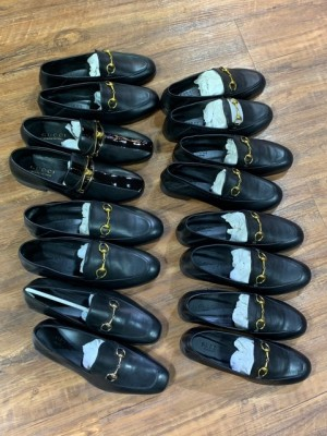 Công khai bán giầy dép giả mạo nhãn hiệu nổi tiếng lừa người tiêu dùng