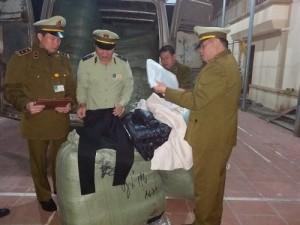 Quản lý thị trường Lạng Sơn thu giữ và xử phạt buôn lậu lượng lớn quần áo Trung Quốc