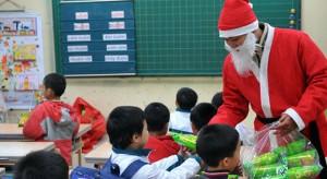 """Tranh cãi chuyện """"Ông già Noel"""" tặng quà cho con ở trường: Chạnh lòng bé có, bé không"""