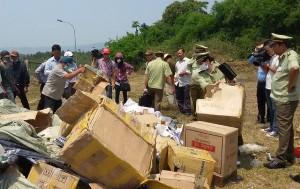 Tóm 'gọn' xe tải chở hơn 3.000 chai rượu ngoại nhập lậu cùng hàng hóa không rõ nguồn gốc
