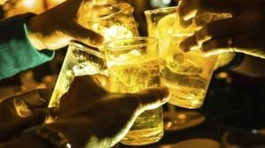 Vì sao uống rượu lẫn bia thường nhanh say hơn?
