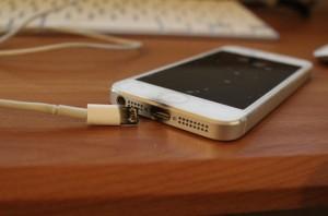 Chấn thương nặng do dùng điện thoại khi đang sạc pin phát nổ và cảnh báo