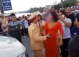 CSGT dừng xe đón dâu có hành vi đốt pháo, mẹ chú rể chống đối