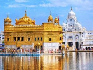 Ngôi đền dát 680 ký vàng cung cấp bữa ăn miễn phí cho 100.000 người mỗi ngày
