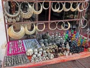 Du khách đến Lào đều xúm vào mua những món quà lưu niệm này