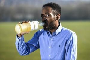 Người đàn ông 37 tuổi gây sốc khi uống nước tiểu để chữa bệnh suốt 3 năm