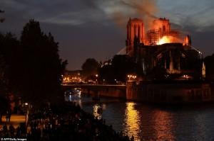 Hé lộ nguyên nhân Nhà thờ Đức Bà Paris bị cháy