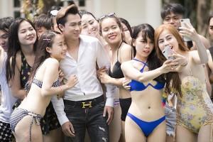 Hồ Việt Trung thuê dàn hot girl diện bikini bên bể bơi đóng phim 1 tỷ