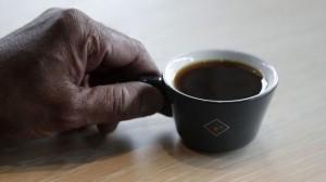 Gần 2 triệu đồng cho 1 tách cà phê bé xíu: Cà phê dát vàng ròng?