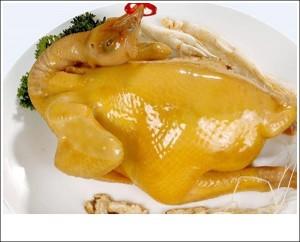 Mẹo luộc gà vàng ươm, căng bóng ngon hơn ngoài nhà hàng