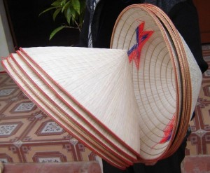 Nón lá bán nhan nhản chợ Việt gần trăm nghìn đồng/cái, trên web nước ngoài giá lên gần 500.000 đồng khách vẫn lùng mua