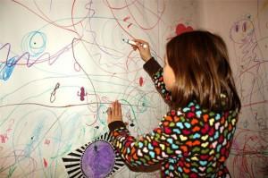 Vết bẩn trên tường nhà do con trẻ vẽ bậy sẽ bị