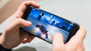 Nam sinh đột tử sau khi chơi game trên điện thoại quá lâu: Làm thế nào để 'cách ly' con khỏi chiếc điện thoại?