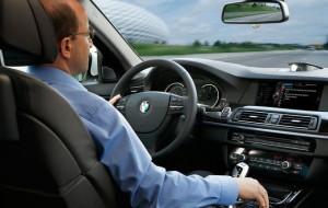 Ô tô gần cạn kiệt xăng giữa đường nhiều rủi ro tiềm ẩn, tài xế phải làm sao?