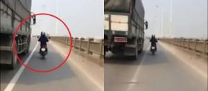 Xe máy chạy song song xe tải để tránh nắng: Tử thần kề vai