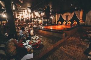 Ăn bốc kiểu hoàng gia trong mâm gỗ ở Thái Lan