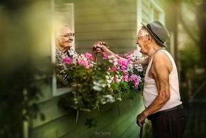 Bộ ảnh tuyệt đẹp về tình yêu giữa những cặp vợ chồng già cùng nắm tay nhau đến cuối đời