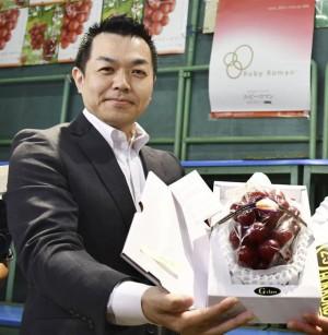 Chùm nho 250 triệu đồng, dân giàu Việt mua 1 quả về ăn thử