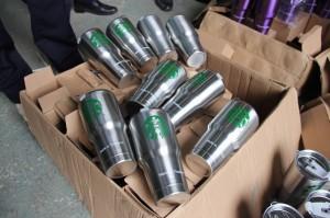 Đột kích kho hàng, thu giữ hàng trăm chiếc cốc Starbucks có dấu hiệu giả mạo xuất xứ Thái Lan