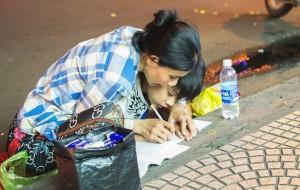 Khoảnh khắc người mẹ dạy con học bài bên vỉa hè giữa Sài Gòn náo nhiệt khiến dân mạng xúc động mạnh