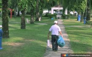 Người đàn ông 84 tuổi 5 năm liền dọn rác trong công viên