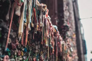 Những sự thật kỳ lạ về bức tường kẹo cao su có 1-0-2