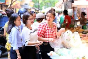 500 nghìn đồng bộ gà luộc xôi gấc, người Hà Nội xếp hàng mua cúng